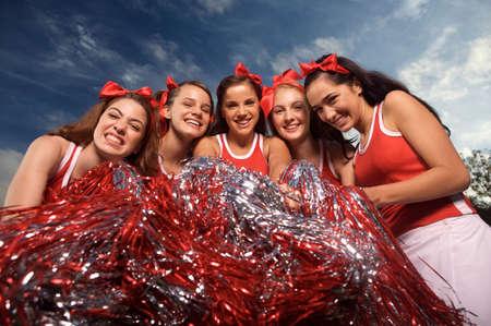 porrista: Retrato de cinco porristas celebraci�n pompones y sonriente