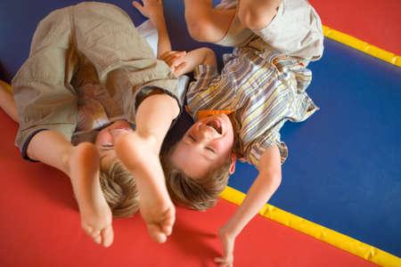 Vista de ángulo alto de dos niños jugando en un castillo hinchable inflable