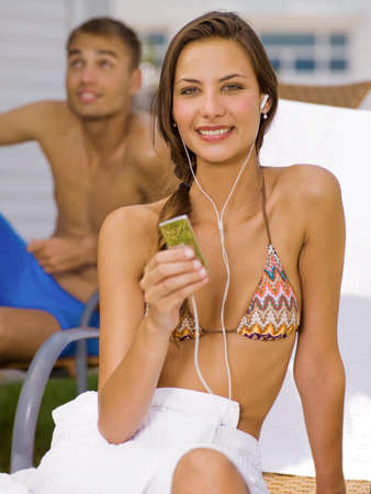 mp3 player: Woman listening to mp3 player LANG_EVOIMAGES