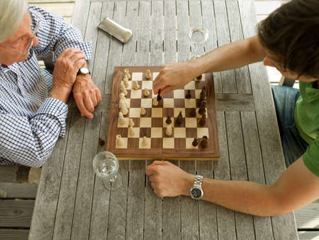 jugando ajedrez: Padre e hijo jugando ajedrez LANG_EVOIMAGES