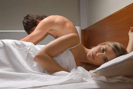 couple bed: Couple en ignorant l'autre dans le lit