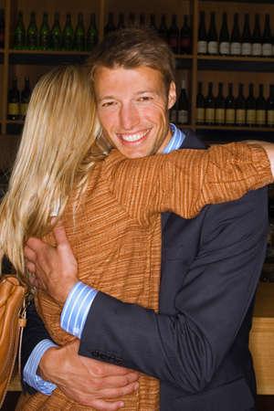 mid adult couple: Retrato de una pareja de mediana edad que se abrazan en un bar