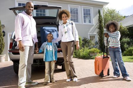 Vierköpfige Familie mit Koffern von der Rückseite des Autos, Lächeln, Portrait, Untersicht