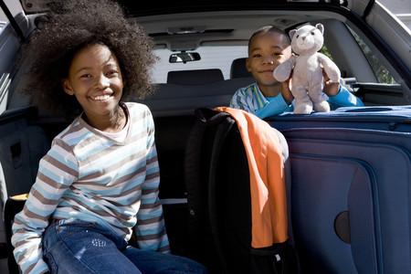형제와 짐 자동차의 뒷면에있는 자매 (6-10), 소년 웃고, 장난감을 들고, 초상화 스톡 콘텐츠