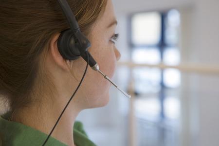 전화 헤드셋 귀, 측면보기, 근접 (차등 초점)에 입고 여자
