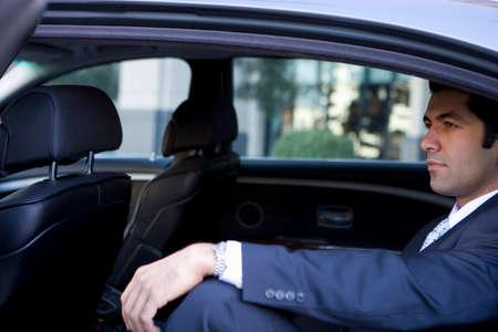 arrogancia: Hombre de negocios sentado en el coche LANG_EVOIMAGES