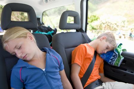형제와 자매 (8-12)는 자동차의 뒤에 잠 들어, 근접 촬영 스톡 콘텐츠