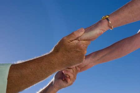 h�ndchen halten: �lteres Paar Hand in Hand, close-up