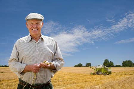 granjero: Retrato de un agricultor en el campo de la cebada LANG_EVOIMAGES