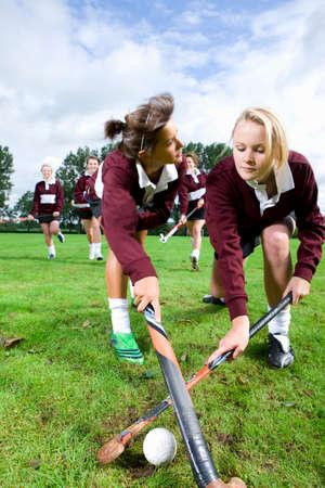 field hockey: Adolescentes que juegan el hockey sobre hierba