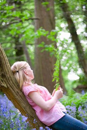 trunk  tree: Muchacha que se relaja en tronco de �rbol
