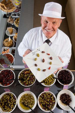 specialit�: Impiegato di vendite mostrando olive speciali