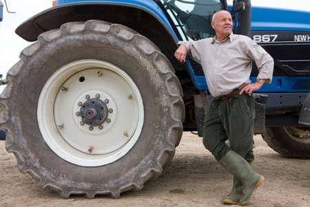 granjero: Farmer apoy�ndose en tractor LANG_EVOIMAGES