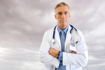 bata de laboratorio: Retrato del doctor en bata de laboratorio con el cielo nublado en el fondo