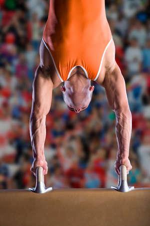 gimnasia: Gimnasta masculino realiza parada en caballo con arcos