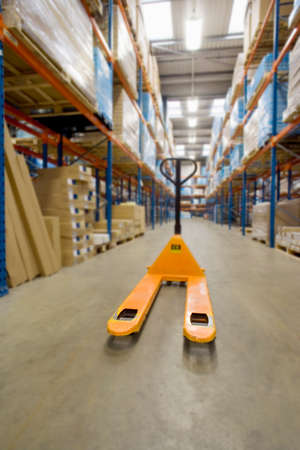 pallet truck: Empty pallet truck in warehouse LANG_EVOIMAGES