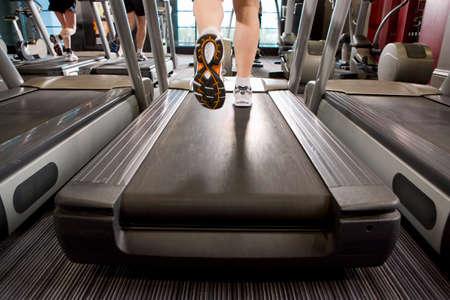 Beine des Menschen auf dem Laufband in Fitness-Club läuft