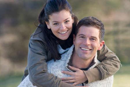 couple heureux: Couple heureux serrant LANG_EVOIMAGES