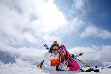 cima montagna: Coppie con gli sci, che in neve sulla cima della montagna