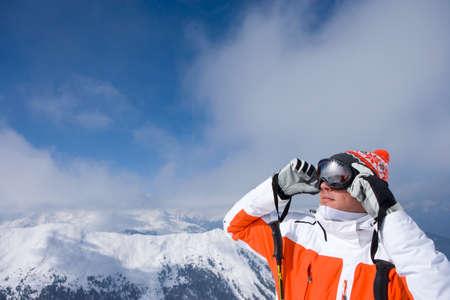 cima montagna: Sciatore sulla cima della montagna occhiali di regolazione