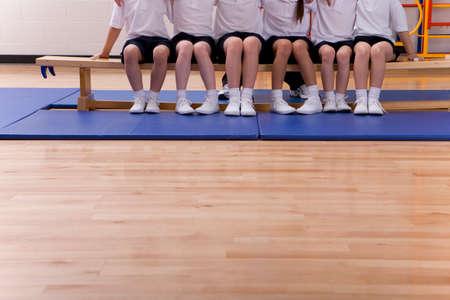 Schüler sitzt am Tisch im Schulturnhalle LANG_EVOIMAGES