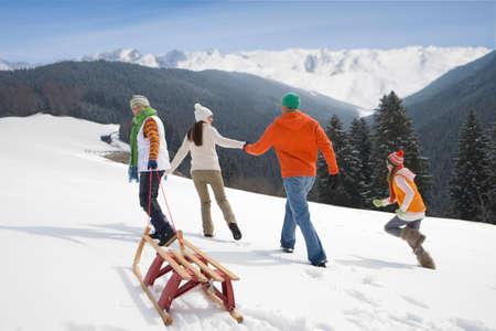 cima montagna: Famiglia slitta tirando montagna sci top pista