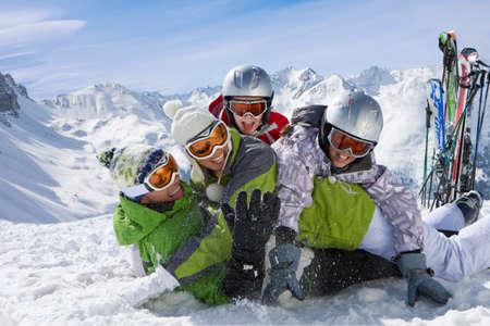 Ski im Schnee und Familie, die Schneeballschlacht auf Berg