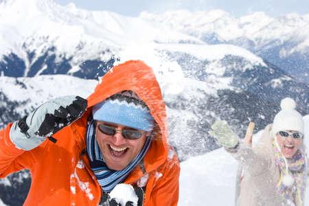 boule de neige: Couple ayant boule de neige lutter ensemble