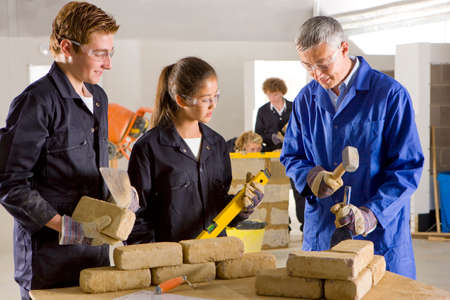 pounding head: Teacher teaching students bricklaying in vocational school