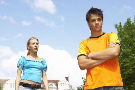 pareja de adolescentes: Un ni�o mira hacia otro lado, la chica se ve en
