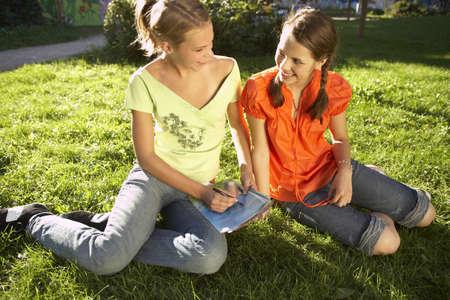 chicas adolescentes: Adolescentes de leer una revista