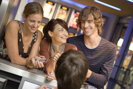 Menschen kaufen Kinokarten an der Abendkasse LANG_EVOIMAGES