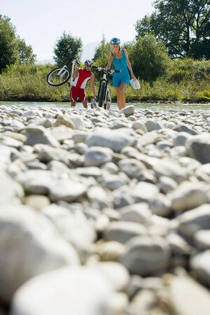 ciclos: Una pareja caminando con sus ciclos