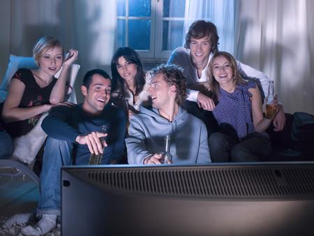 pareja viendo tv: Amigos viendo una pel�cula LANG_EVOIMAGES