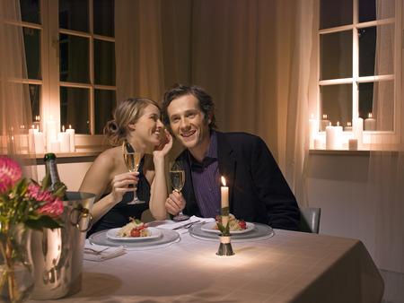 diner romantique: Un couple ayant un dîner aux chandelles