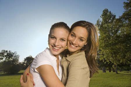 chicas adolescentes: Dos adolescentes que abrazan