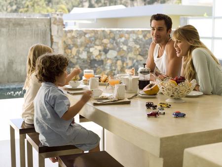 Een gezin aan het ontbijt