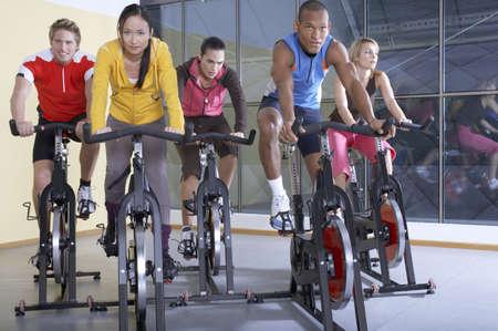 ciclos: La gente en los ciclos en el gimnasio