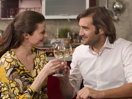 mid adult couple: Primer plano de una pareja de mediana edad brindando con copas de vino