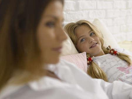 girl lying down: Muchacha que se acuesta y que sonr�e