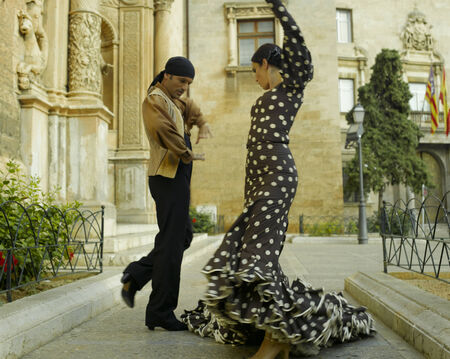 flamenco: Young couple dancing LANG_EVOIMAGES