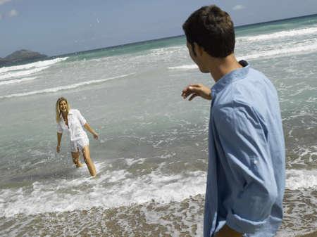 mid adult couple: Pareja de mediana edad en la playa
