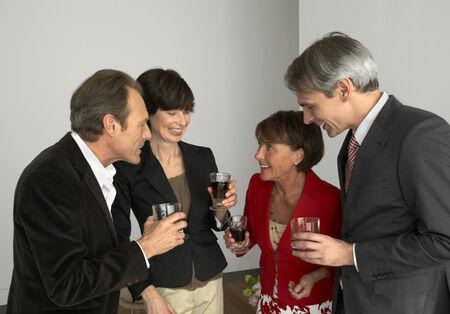 четыре человека: Четыре людей, имеющих бокалы