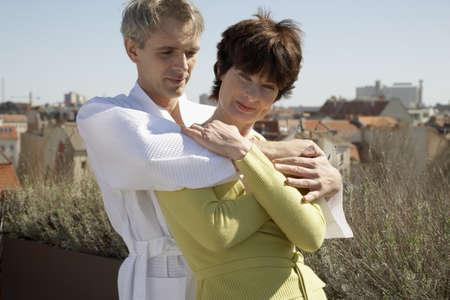 mujer de espaldas: Hombre Mujer abraza por detr�s
