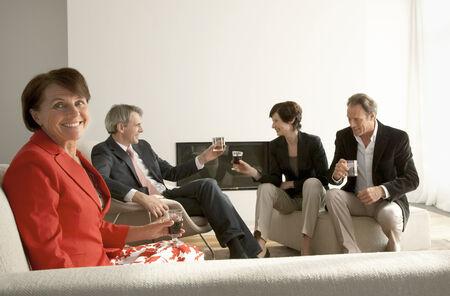 четыре человека: Четыре человека, сидя на диване