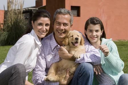 강아지와 함께 가족 초상화