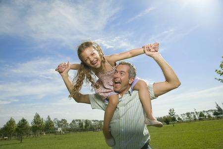 그의 어깨에 딸과 함께 행복 한 아버지 스톡 콘텐츠