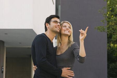 mid adult couple: Mediados de pareja de adultos abraz�ndose y sonriendo