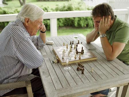 jugando ajedrez: Padre e hijo jugando al ajedrez
