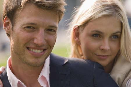 mid adult couple: Primer plano de un adulto medio, pareja, sonriente